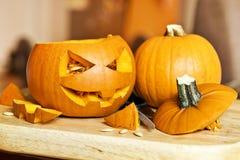 Snijdende Halloween-Pompoenen Royalty-vrije Stock Foto