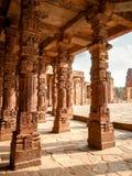 Snijdende pijlers in Qutub Minar in New Delhi, India stock foto's