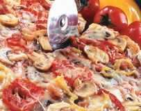 Snijdende pizza. Royalty-vrije Stock Afbeeldingen