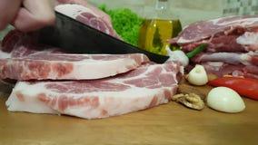 Snijdende sappige en heerlijke varkensvleeshals stock video