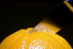 Snijdende sinaasappel Stock Foto's