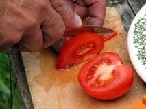 Snijdende tomaten Stock Afbeeldingen