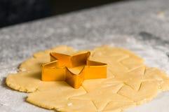 Snijder van het koekje op deeg cutted pre deeg Royalty-vrije Stock Foto
