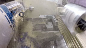 Snijders zagend hout Mening van binnenuit machine stock video