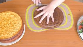 Snijdt een cake van lichtgroene kleur stock videobeelden