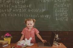 Snillebarnet har kurs i matematik Snilleelev i skola Matematik är funktionell, tappningfiltret royaltyfria bilder