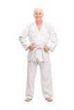 Sênior alegre em um quimono branco Imagens de Stock