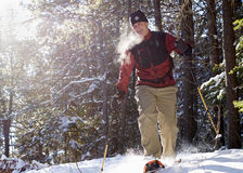 Sénior ativo em sapatos de neve no inverno Imagem de Stock Royalty Free