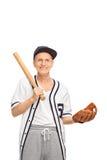 Sênior com um bastão de beisebol e uma luva Fotos de Stock Royalty Free