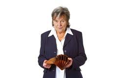 Sénior fêmea que mostra a carteira vazia Fotografia de Stock