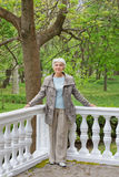 Sênior idoso bonito da mulher na varanda no parque Imagens de Stock