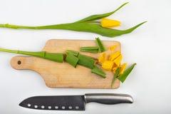 Snitt av huvudet av en tulpan på en kökskärbräda Snittblomma i köket royaltyfri bild