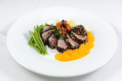 Snitt av meat med grönsaker och sås Royaltyfria Bilder