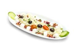 Snitt för Fetaost i kuber, grönsaker, örter och oliv Royaltyfria Bilder