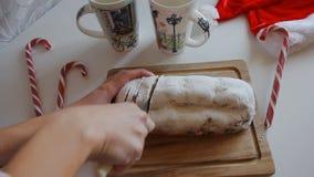 Snitt för hand för ` s för kock för mördegstårtaskorpa med knivpajskorpan som skivas på ett lantligt köksbord arkivfilmer