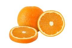 Snitt och hela apelsinfrukter som isoleras på vit bakgrund Royaltyfri Bild