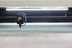 snitt som ut inristar laser-maskinmetall Arkivfoto