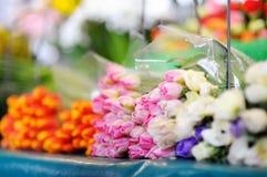 Snittblommor som säljs på utomhus- blomsterhandel Royaltyfri Foto