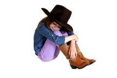 Snittcowgirl med henne knä som sover upp i hennes stora hatt Royaltyfri Foto