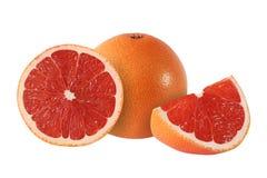 Snittet och den hela grapefrukten bär frukt på vit bakgrund Royaltyfri Bild