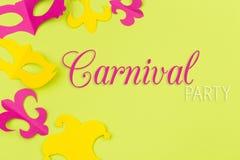 Snittet ut färgade pappers- diagram för ferien Mardi Gras, färgbakgrund royaltyfri bild