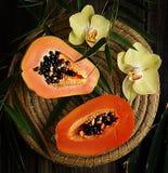 Snittfrukterna av en papaya royaltyfria foton