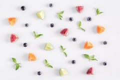 Snittfruktmodell med mintkaramellen på bästa sikt för vit skrivbordbakgrund Royaltyfri Bild