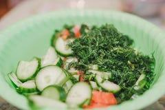 Snittgrönsaksalladen Grönsaksnittet på skivor i en bunke Salladsommar Royaltyfri Bild