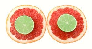 Snitthalvor av grapefrukt och limefrukt som isoleras på vit bakgrund med den snabba banan Arkivbilder