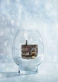 Snöjordklot med sommarhuset Arkivfoto