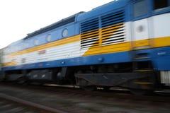 Snälltåg som passerar på järnvägsstation Arkivfoto