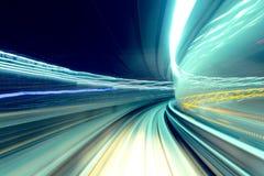 Snälltåg som passerar tunnelen Arkivfoto