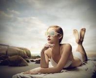 Snobbig flicka på stranden Arkivfoton