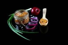 Snoeken Rode Kaviaar met kruiden Kaviaar in kom over zwarte achtergrond Gastronomisch voedsel Authentiek Levensstijlbeeld Vlak le royalty-vrije stock afbeelding