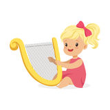 Snoepje weinig blondemeisje het spelen harp, jonge musicus met stuk speelgoed muzikaal instrument, muzikaal onderwijs voor jonge  stock illustratie
