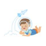 Snoepje weinig jongen in de astronautenhelm die op zijn maag liggen en met raketstuk speelgoed, jonge geitjesverbeelding en fanta royalty-vrije illustratie