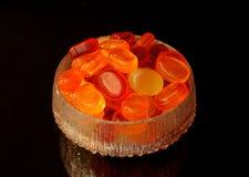 Snoepjes in een glaskom stock fotografie