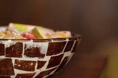 Snoepjes in een kokosnotenkom Royalty-vrije Stock Foto's