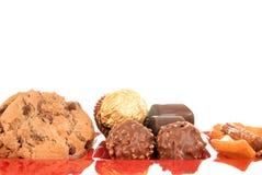 Snoepjes op rode glasplaat Stock Foto