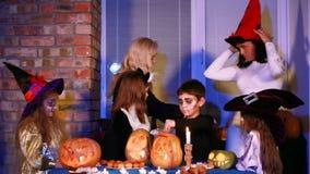 Snoepjes voor Kinderen op Halloween stock video