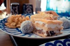 Snoepjesklem, Klem en noten op de plaat met blauwe driehoeken, het concept dessert royalty-vrije stock foto's
