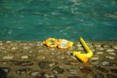 Snokle d'enfant réglé près du poolside images stock