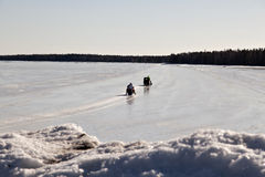 Snomobiling σε έναν δρόμο πάγου Στοκ Εικόνες