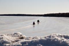 Snomobiling em uma estrada do gelo Foto de Stock