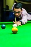 Snooker al jugador que coloca la bola de señal para un tiro Imagen de archivo libre de regalías