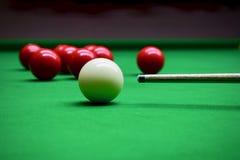 Snooker Billard som skjuter den vita bollen royaltyfri fotografi