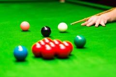 Snooker - hand die de richtsnoerbal streven royalty-vrije stock fotografie