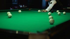 Snooker il randello e la sfera bianca in una tabella di biliardo archivi video