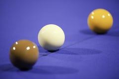 Snooker-Kugeln auf Blau-Filz Stockfotos