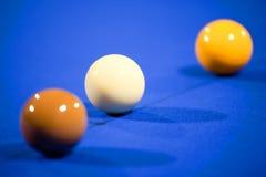 Snooker-Kugeln auf Blau-Filz Stockfotografie